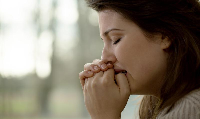 mujer fligida llorando
