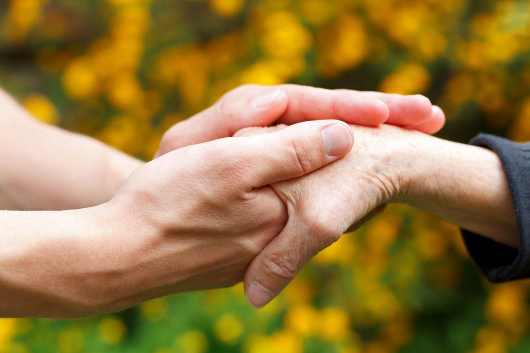 metge aguantant mans d'un pacient