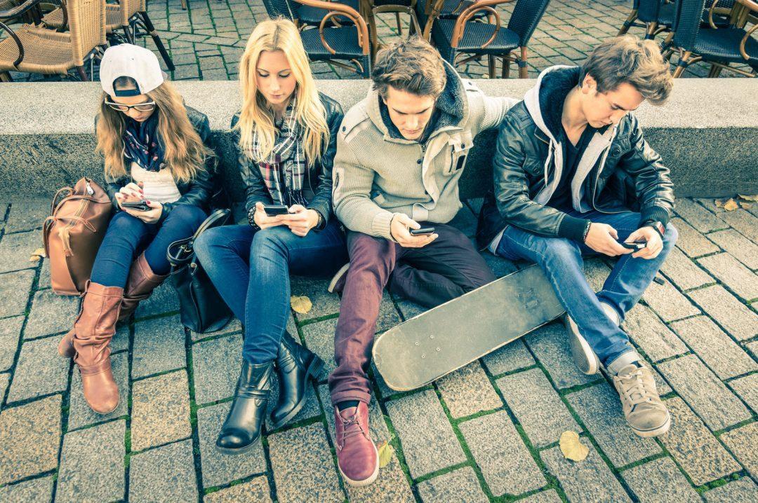 adolescentes con moviles sin comunicarse