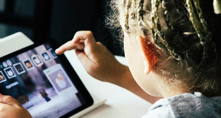 niña utilizando una tablet