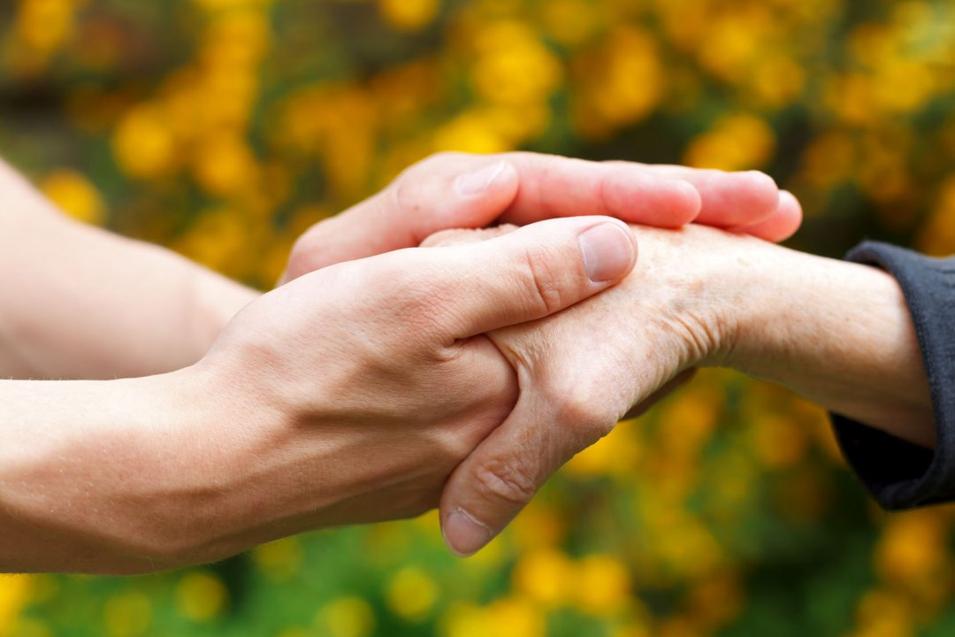 psicologo sujetando la mano de un paciente